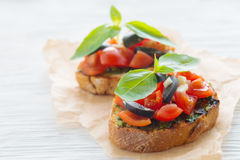 Italienisches Tomate bruschetta mit gehacktem Gemüse, Kräutern und Öl lizenzfreie stockfotos