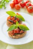 Italienisches Tomate bruschetta mit gehacktem Gemüse, Kräutern und Öl lizenzfreie stockbilder