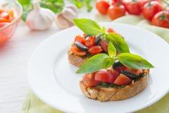 Italienisches Tomate bruschetta mit gehacktem Gemüse, Kräutern und Öl stockfotografie