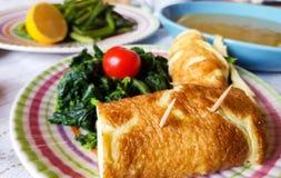 Italienisches vegetarisches Mittagessen mit lokalen Produkten lizenzfreie stockbilder
