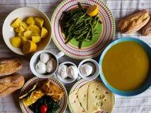 Italienisches vegetarisches Mittagessen mit lokalen Produkten lizenzfreies stockfoto