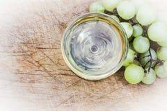 Italienisches Weißwein mit Pampelmuse lizenzfreie stockbilder