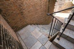 Italienisches Ziegelsteintreppenhaus und -handlauf Stockfotos
