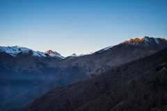 Italiensk alpin båge på solnedgången Royaltyfri Bild