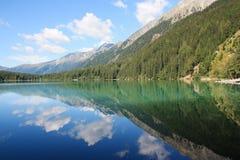 Italiensk alpin sjö i Alto Adige område & x28; Anterselva lake& x29; Arkivfoton