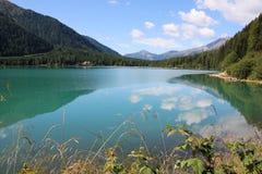 Italiensk alpin sjö i Alto Adige område & x28; Anterselva lake& x29; Royaltyfria Foton