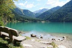 Italiensk alpin sjö i Alto Adige område & x28; Anterselva lake& x29; Arkivbild