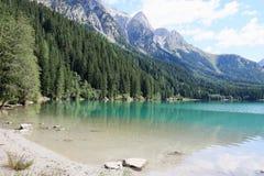 Italiensk alpin sjö i Alto Adige område & x28; Anterselva lake& x29; Arkivbilder