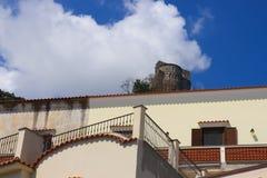 Italiensk arkitektur och ett medeltida torn royaltyfria foton