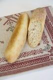Italiensk bagett med sesamfrö - snitt och textur arkivbilder