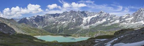 Italiensk bergsjö under testaen Grigia Royaltyfria Bilder