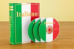 Italiensk bok med flaggan av Italien och CD disketter på trätabellen stock illustrationer