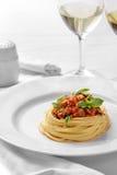 Italiensk bolognese spagetti på en vanlig vit platta Arkivbilder