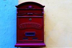 Italiensk brevlåda på en vägg Arkivbild