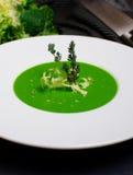 Italiensk broccoli soppa eller krämsoppa på en tabell med ett förkläde Fotografering för Bildbyråer