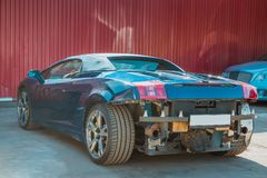 Italiensk cabriolet för sportbil skada till den bakre och främre stötdämparen royaltyfria foton