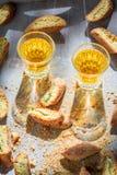 Italiensk cantucci med pistascher och Vin Santo vin Royaltyfria Foton