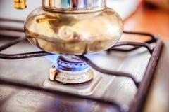 Italiensk coffespis på gasugnen, frukost arkivbild