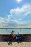 Italiensk cykel på väggen i solig dag i lilla staden Italien på sjögarda Royaltyfria Bilder