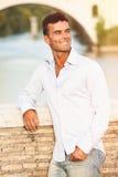Italiensk det fria för stilig man i Rome Italien Tiber flod och bro Arkivfoto