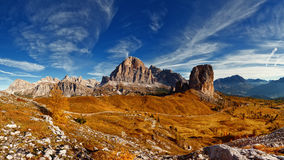 Italiensk dolomiti - panoramautsikt av berg Arkivbild