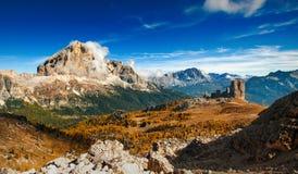 Italiensk dolomiti - panoramautsiktofhighberg arkivbilder