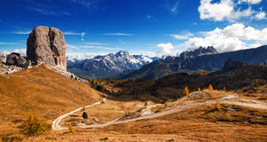 Italiensk dolomiti - trevlig panoramautsikt arkivfoto