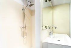 Italiensk dusch i ett modernt badrum arkivfoton