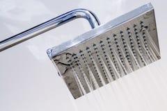 Italiensk dusch i ett modernt badrum royaltyfri bild