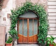 Italiensk elegant dörr med växtgarneringar royaltyfri bild