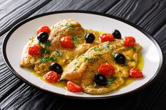 Italiensk filé av forellfisken med vitlökcitronsås, tomater, arkivbild
