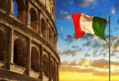 Italiensk flagga med Flavian Amphitheatre eller Colosseum på solnedgången Royaltyfri Bild