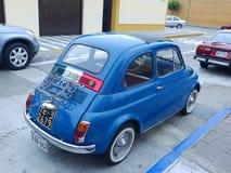 Italiensk flagga på en Fiat 500 som ställs ut i Lima Arkivfoto