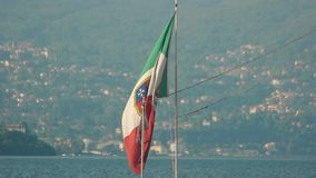 Italiensk flagga på Stresa bakgrund stock video