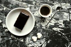 Italiensk frukost med kaffe- och chokladkakan Royaltyfria Bilder