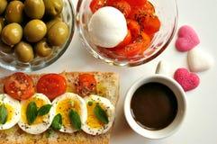 Italiensk frukost med kaffe och smörgåsen Fotografering för Bildbyråer
