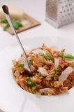 Italiensk fusillipasta med chee för tomatsås, basilika- och parmesan Arkivbilder