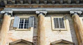 Italiensk gammal villa med detaljerade grekiska kolonner för en stil Arkivbild