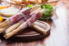 Italiensk grissini med den skinkaprosciuttoen, mozzarellaen och arugula Arkivfoto