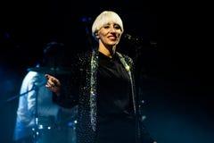 Italiensk härlig sångare Malika Ayane i konsert royaltyfri foto