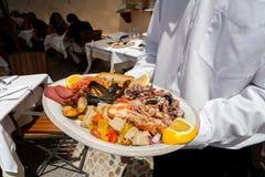 Italiensk havs- maträtt som tjänas som i en restaurang, Italien Royaltyfri Foto