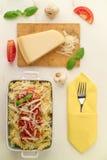 Italiensk hemlagad pasta med che för tomatsås, basilika- och parmesan Arkivbild