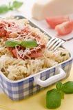 Italiensk hemlagad pasta med che för tomatsås, basilika- och parmesan Royaltyfri Bild