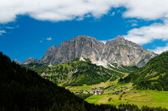Italiensk by i Dolomitefjällängarna Royaltyfria Bilder