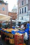 Italiensk jordbruksproduktermarknad arkivbild