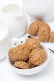 Italiensk kakaamaretti och lerkärl för teatime, lodlinje Arkivbilder