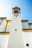 Italiensk katolsk kyrkayttersida av församlingen Santa Maria i Valli del Pasubio, Italien Arkivfoto