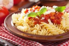 Italiensk klassisk pastafusilli med tomatsås och basilika Royaltyfria Bilder