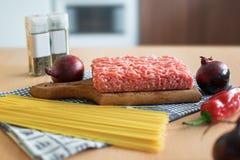 Italiensk kokkonst/bolognese/ingredienser/som lagar mat royaltyfria bilder