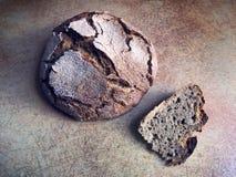Italiensk kokkonst - hemlagat svart bröd arkivfoton